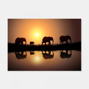 Elefantenfamilie im Sonnenuntergang vor einem See mit Bergmassiv